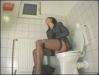 zhenskiy-tualet-obshestvenniy-skritaya-kamera