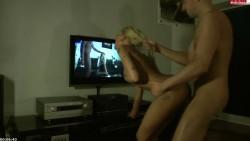 Cachonda flaca cojida mientras miraban porno