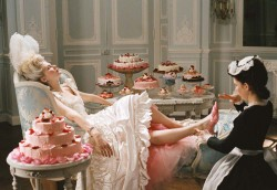 Kirsten Dunst mix of onset photos, screencaps and a video from Marie Antoinette (98 pics inside)