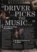 Водитель выбирает музыку