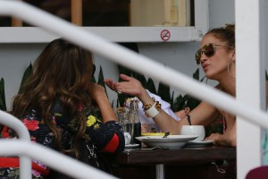 1a4d51342186412 Jennifer Lopez and Leah Remini shopping at Fred Segal in L.A. (July 30, 2014) candids