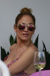 a4f49d342186392 Jennifer Lopez and Leah Remini shopping at Fred Segal in L.A. (July 30, 2014) candids