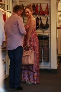 fda19a342186099 Jennifer Lopez and Leah Remini shopping at Fred Segal in L.A. (July 30, 2014) candids