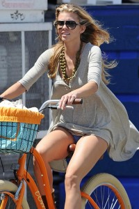4ec615346464749 AnnaLynne McCords dress blew up to reveal her underwear in Venice, August 20 x 31 HQs candids