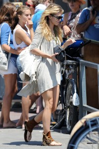 7200ae346464853 AnnaLynne McCords dress blew up to reveal her underwear in Venice, August 20 x 31 HQs candids
