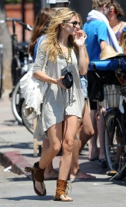 924b62346464792 AnnaLynne McCords dress blew up to reveal her underwear in Venice, August 20 x 31 HQs candids