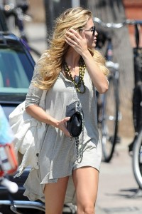 af4ad9346464827 AnnaLynne McCords dress blew up to reveal her underwear in Venice, August 20 x 31 HQs candids