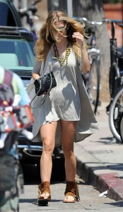 cdf749346464802 AnnaLynne McCords dress blew up to reveal her underwear in Venice, August 20 x 31 HQs candids