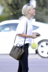 sofia richie carrying purse