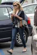 Reese Witherspoon does a bit of Christmas shopping in Brentwood December 18-2014 x46